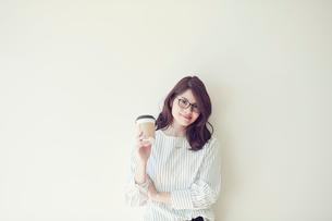 コーヒーを持つ女性の写真素材 [FYI01801448]