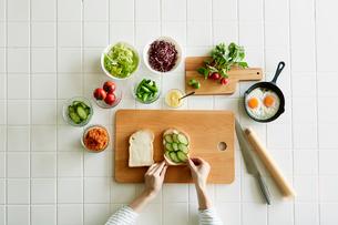キッチンでサンドウィッチを作る女性の写真素材 [FYI01801457]