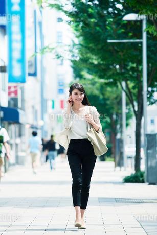 歩く女性の写真素材 [FYI01801462]