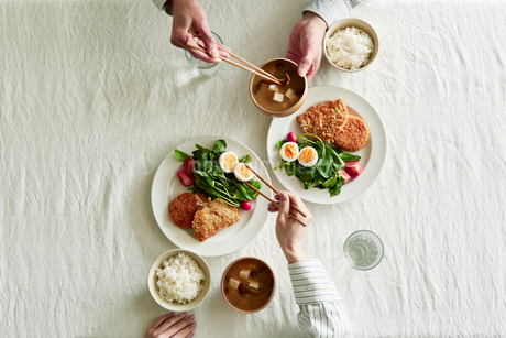 テーブルで食事をする男性と女性の写真素材 [FYI01801464]