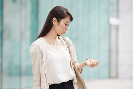 時計を見る女性の写真素材 [FYI01801466]