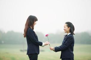 花と中高生と母の写真素材 [FYI01801468]