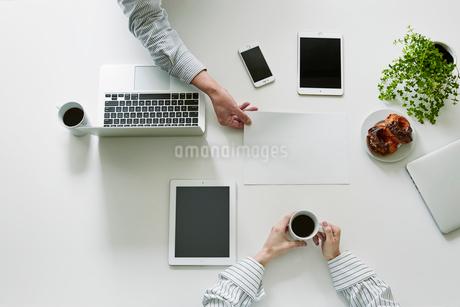 打ち合わせをする男性と女性の手の写真素材 [FYI01801472]