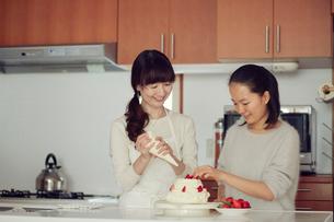 キッチンに立つ母と娘の写真素材 [FYI01801480]