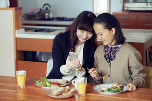 食事をする母と娘の写真素材 [FYI01801481]