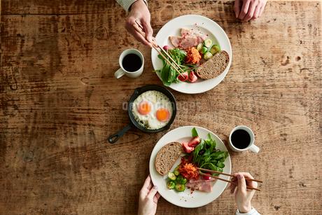 テーブルで食事をする男性と女性の写真素材 [FYI01801484]