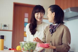 キッチンに立つ母と娘の写真素材 [FYI01801485]