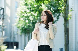 買い物をする女性の写真素材 [FYI01801491]
