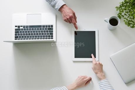 打ち合わせをする男性と女性の手の写真素材 [FYI01801500]