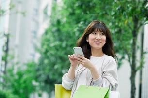 街を歩く女性の写真素材 [FYI01801502]