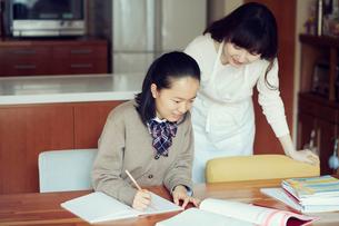 勉強する女の子の写真素材 [FYI01801506]