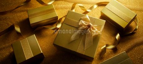 ゴールドギフトボックスの写真素材 [FYI01801507]