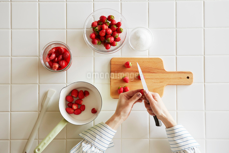 キッチンでいちごジャムを作る女性の写真素材 [FYI01801509]