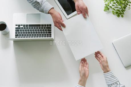 打ち合わせをする男性と女性の手の写真素材 [FYI01801510]