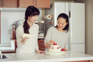 キッチンに立つ母と娘の写真素材 [FYI01801517]