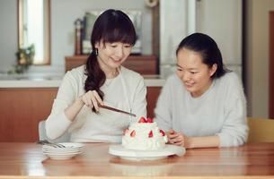 母と娘とケーキの写真素材 [FYI01801518]