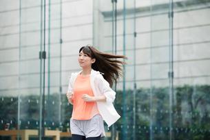 街を走る女性の写真素材 [FYI01801521]