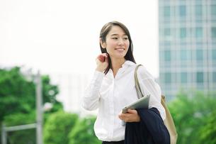 タブレットPCを持つ女性の写真素材 [FYI01801526]