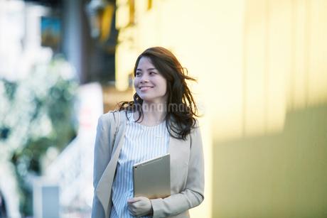 ビルの前を歩く女性の写真素材 [FYI01801530]