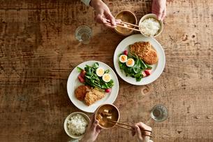 テーブルで食事をする男性と女性の写真素材 [FYI01801533]