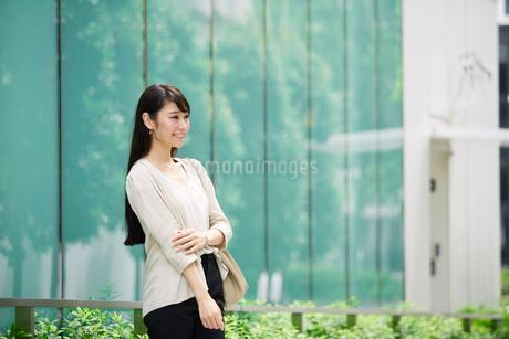 ビルの前に立つ女性の写真素材 [FYI01801536]