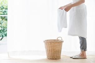 女性と洗濯かごの写真素材 [FYI01801543]