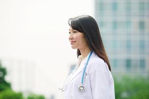 白衣を着た女性の写真素材 [FYI01801547]
