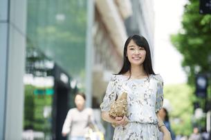 街を歩く女性の写真素材 [FYI01801562]