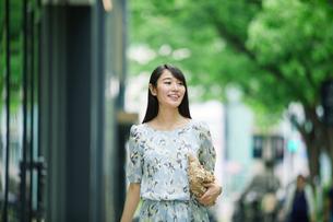 街を歩く女性の写真素材 [FYI01801565]