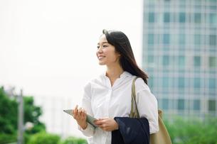 タブレットPCを持つ女性の写真素材 [FYI01801567]