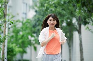 街を走る女性の写真素材 [FYI01801575]