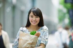 買い物をする女性の写真素材 [FYI01801578]