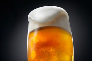 泡の溢れるビールの写真素材 [FYI01801580]