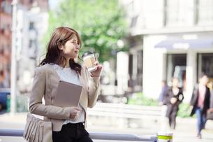 交差点でタブレットPCを持つ女性の写真素材 [FYI01801581]