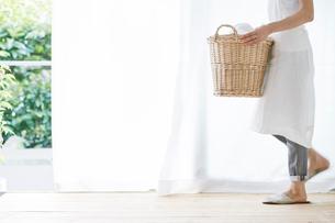 女性と洗濯かごの写真素材 [FYI01801582]