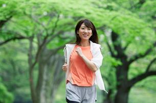 緑の中を走る女性の写真素材 [FYI01801583]