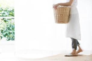 女性と洗濯かごの写真素材 [FYI01801586]