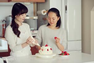 キッチンに立つ母と娘の写真素材 [FYI01801587]