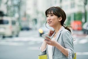 街を歩くビジネスウーマンの写真素材 [FYI01801589]