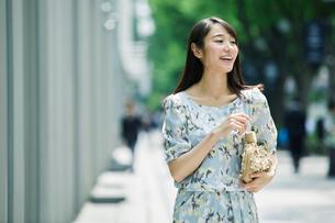 街を歩く女性の写真素材 [FYI01801590]