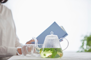 ティーポットとお茶を飲む女性の写真素材 [FYI01801591]
