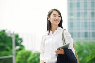 タブレットPCを持つ女性の写真素材 [FYI01801593]