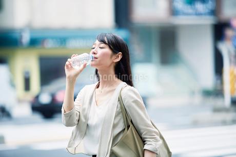 休憩する女性の写真素材 [FYI01801596]