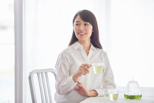 お茶を飲む女性の写真素材 [FYI01801603]