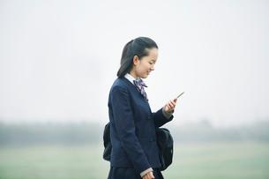 スマートフォンを持つ女の子の写真素材 [FYI01801609]
