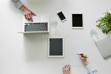 打ち合わせをする男性と女性の手の写真素材 [FYI01801611]