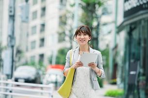 街を歩くビジネスウーマンの写真素材 [FYI01801622]