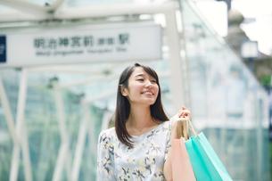 買い物をする女性の写真素材 [FYI01801623]