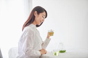 お茶を飲む女性の写真素材 [FYI01801624]