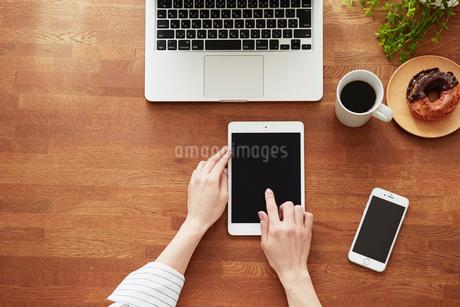 ノートパソコンと女性の手の写真素材 [FYI01801634]